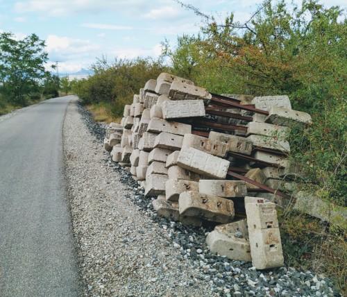 Material arrumbado al borde del camino de la Vía Verde de El Cortijo